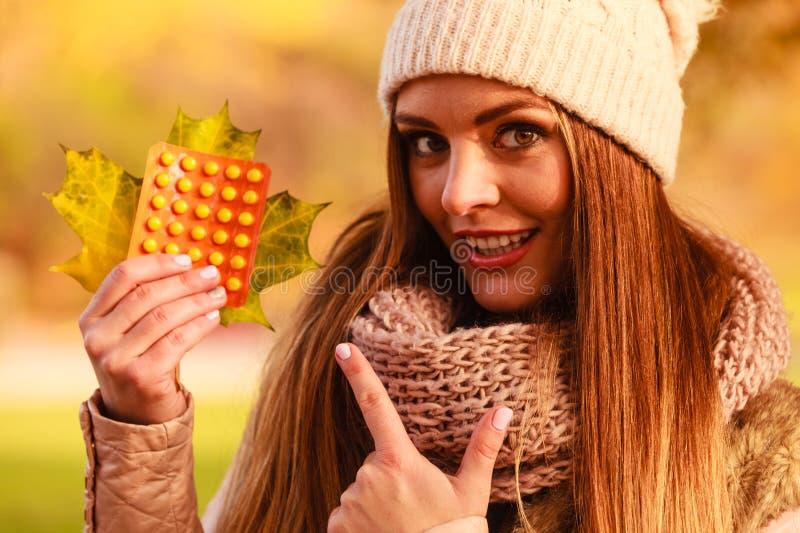 Download Femme Avec Des Vitamines Pour L'automne Image stock - Image du différent, pillule: 77163433