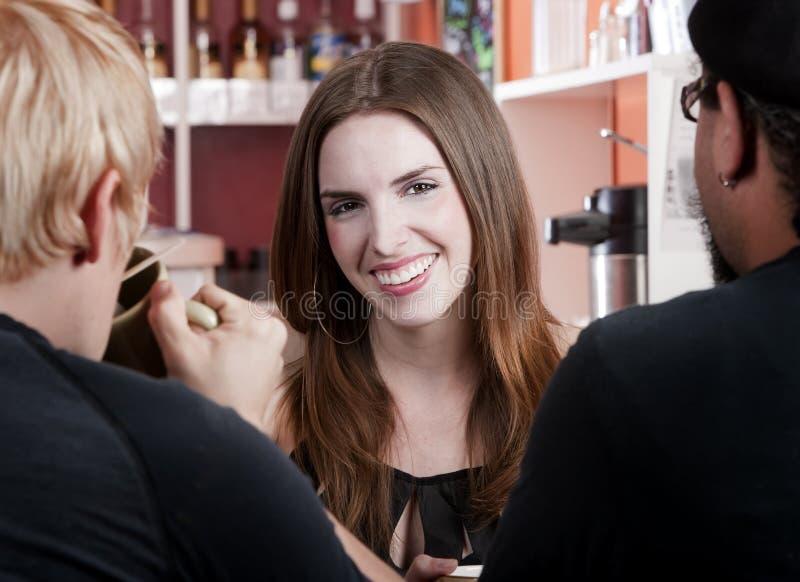 Femme avec deux amis mâles dans un café images libres de droits