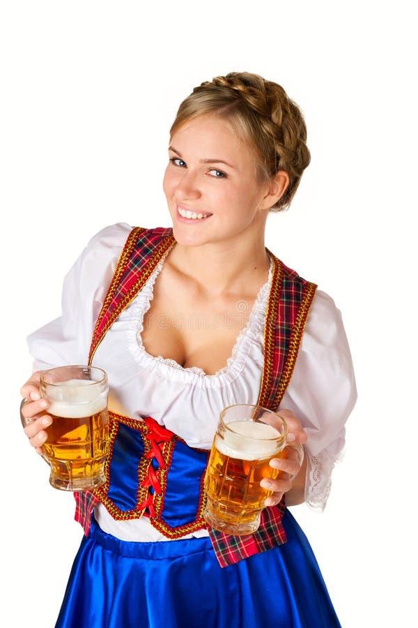 Femme avec deux tasses de bière photos libres de droits