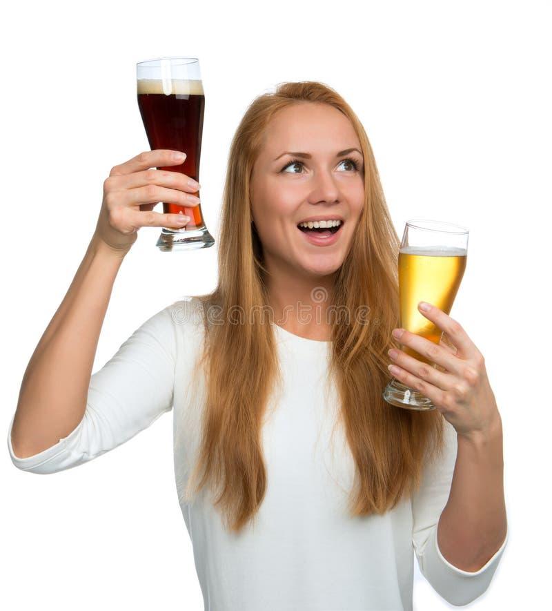 Femme avec deux tasses de bière hurlement de sourire et regarder le maïs image libre de droits