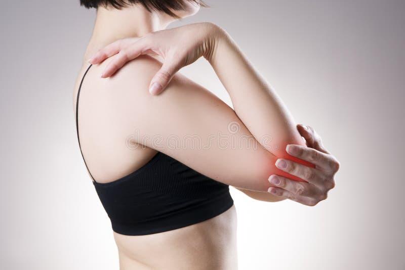 Femme avec douleur dans le coude Douleur au corps humain photo stock