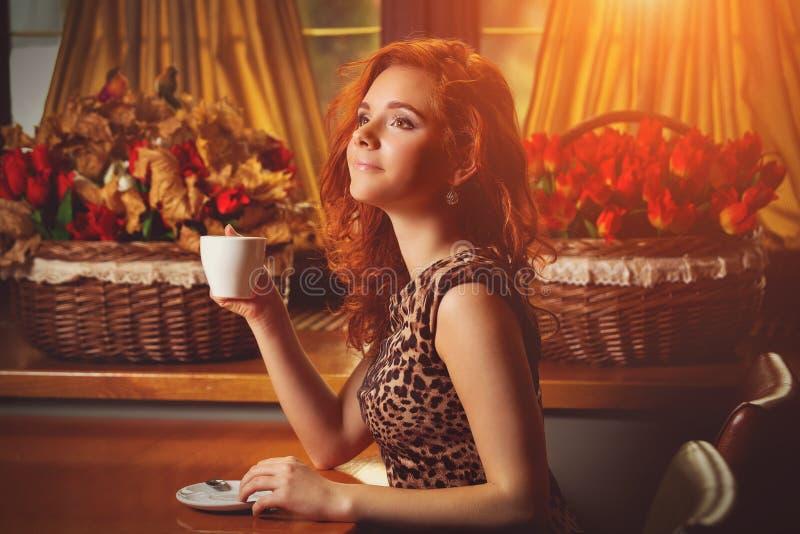 Femme avec du café aromatique photographie stock