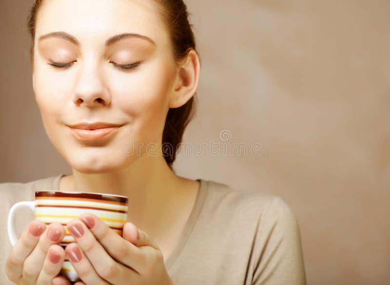 Femme avec du café et des biscuits images libres de droits