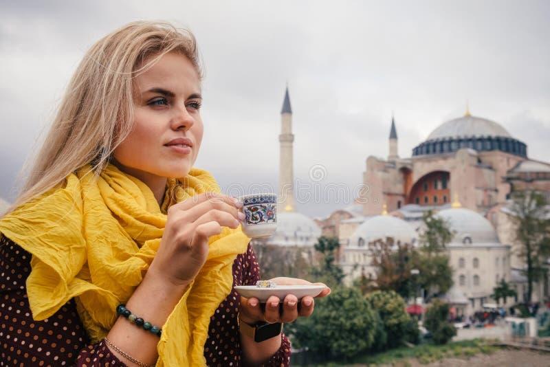 Femme avec du café turc sur le bacground de Hagia Sophia, Istanbul photo stock
