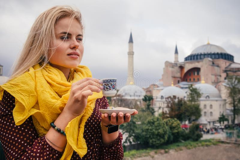 Femme avec du café turc sur le bacground de Hagia Sophia, Istanbul photos libres de droits