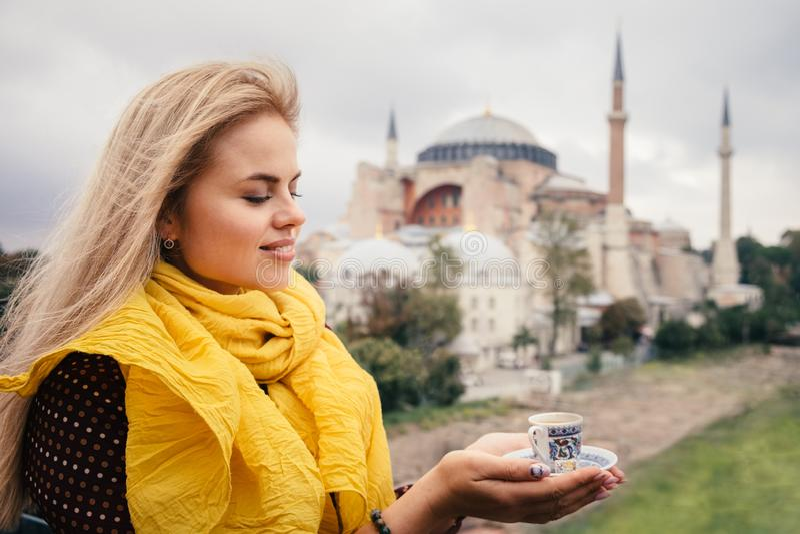 Femme avec du café turc sur le bacground de Hagia Sophia, Istanbul images stock
