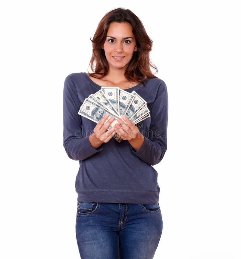 Femme avec du charme dans le T-shirt bleu tenant l'argent d'argent liquide images stock