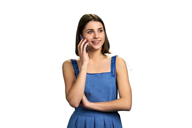 Femme avec du charme de brune parlant au téléphone photo stock