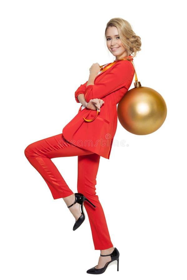 Femme avec du charme tenant la grande boule d'or d'arbre An neuf heureux photo libre de droits