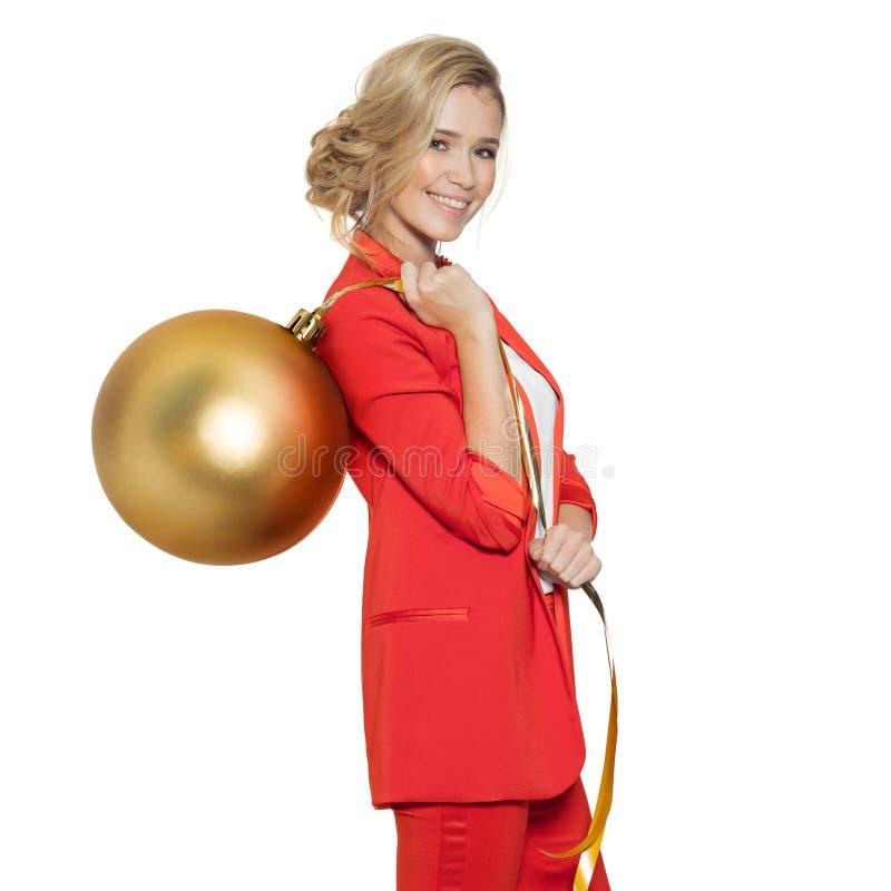 Femme avec du charme tenant la grande boule d'or d'arbre An neuf heureux images libres de droits