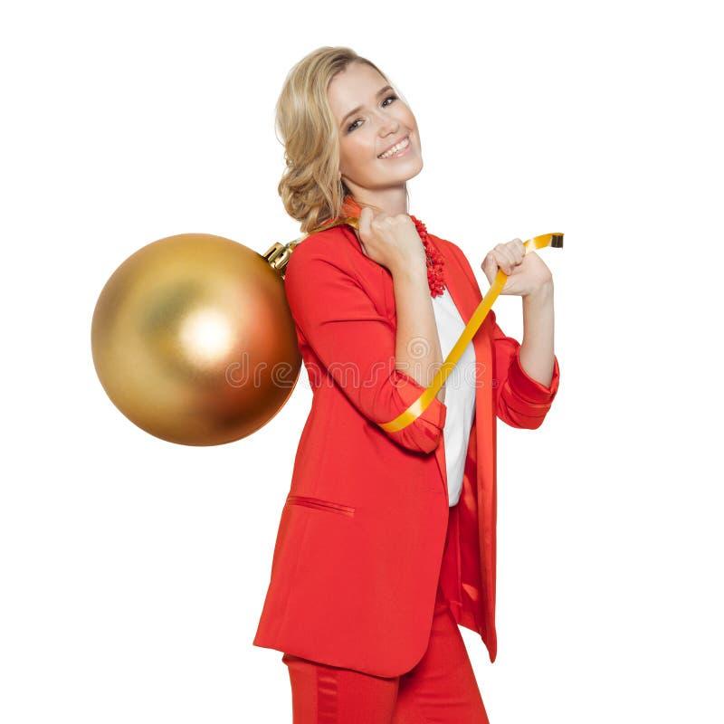 Femme avec du charme tenant la grande boule d'or d'arbre An neuf heureux photo stock