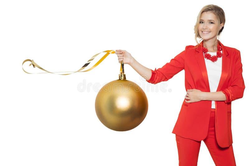 Femme avec du charme tenant la grande boule d'or d'arbre An neuf heureux photographie stock libre de droits