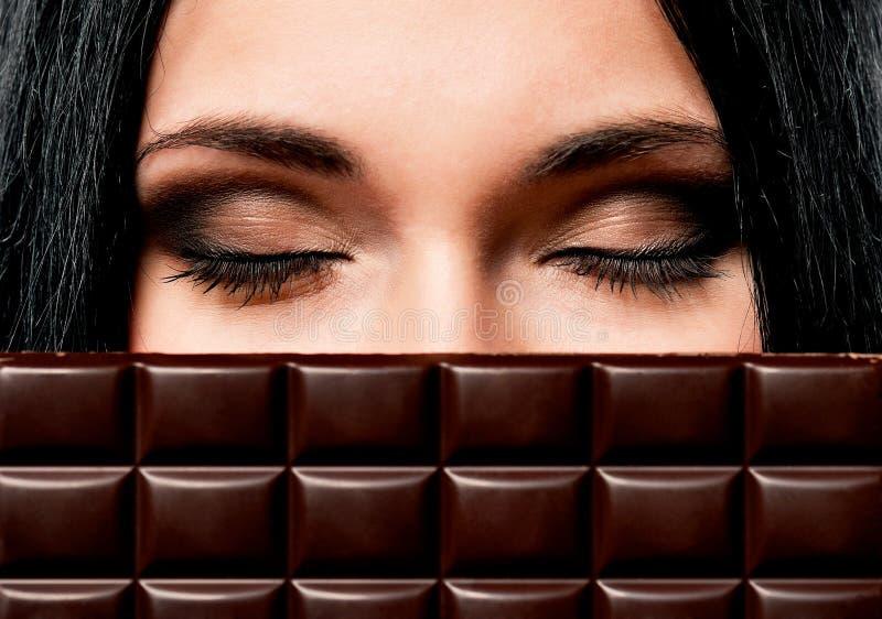 Femme avec du chocolat photo libre de droits