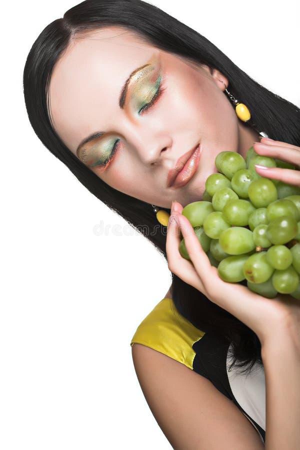 Femme avec du raisin vert photo stock