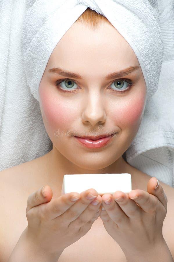 Femme avec du savon sur ses paumes image stock