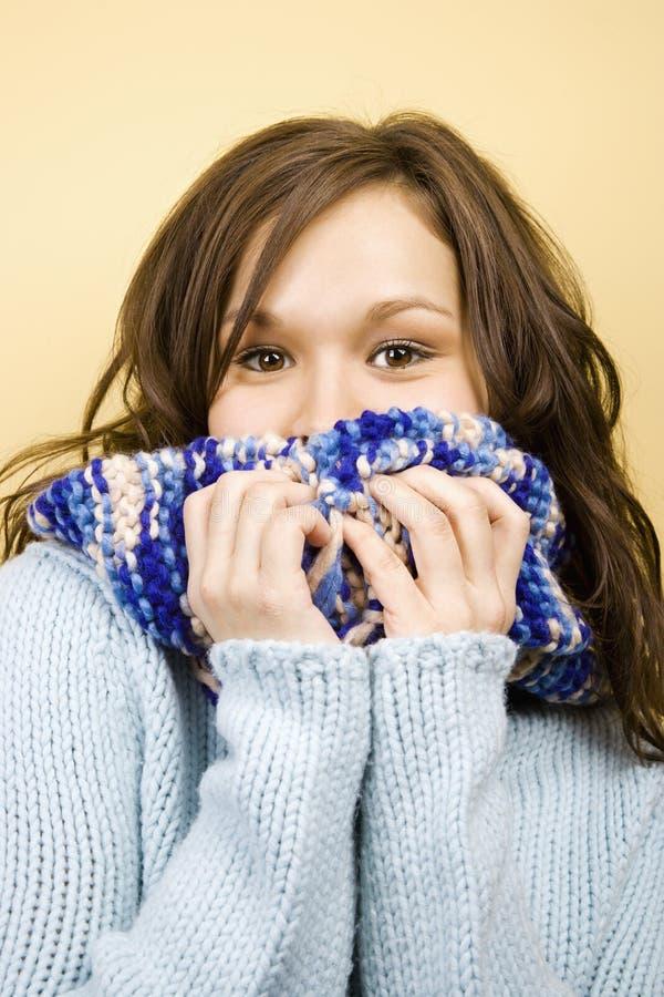 Femme avec l'écharpe photo stock