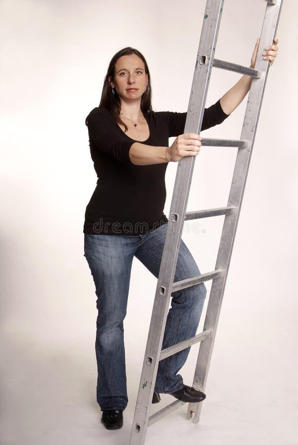Femme avec l'échelle photo stock