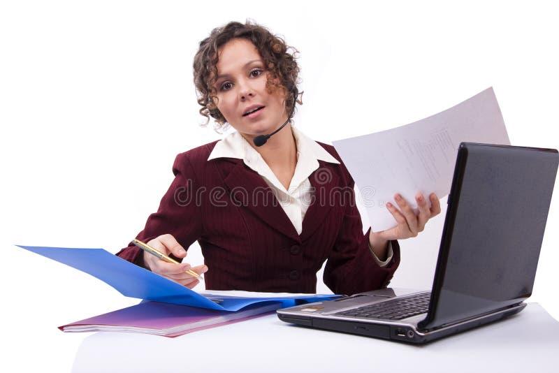 Femme avec l'écouteur et l'ordinateur portatif photo libre de droits