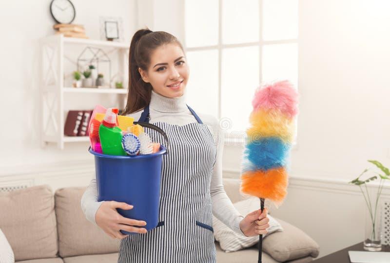 Femme avec l'équipement de nettoyage prêt à la pièce propre photographie stock libre de droits