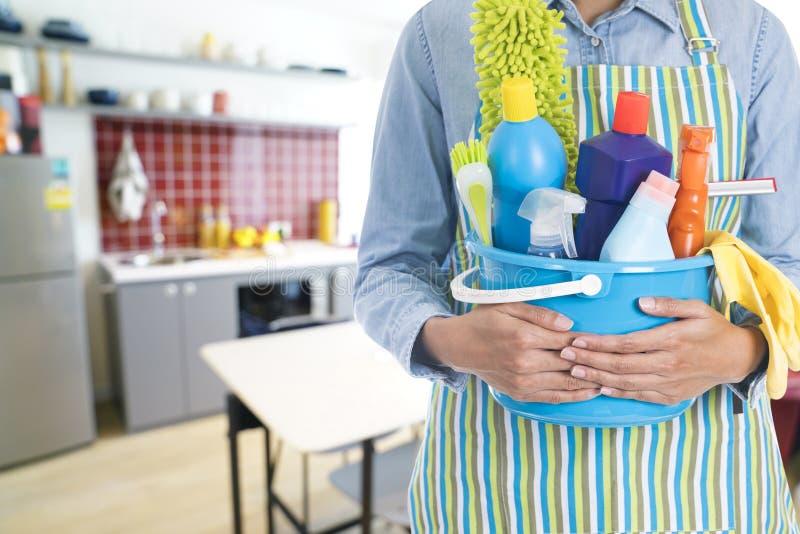nettoyer la maison fabulous nettoyer la maison nettoyage de la maison lhomme le balayage et. Black Bedroom Furniture Sets. Home Design Ideas