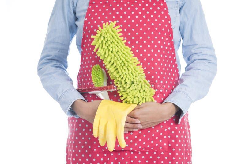Femme avec l'équipement de nettoyage prêt à nettoyer la maison images stock