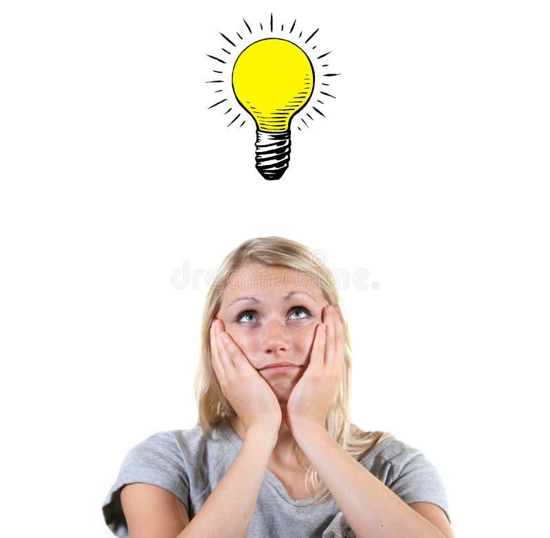 femme avec l'ampoule au-dessus de sa tête photographie stock