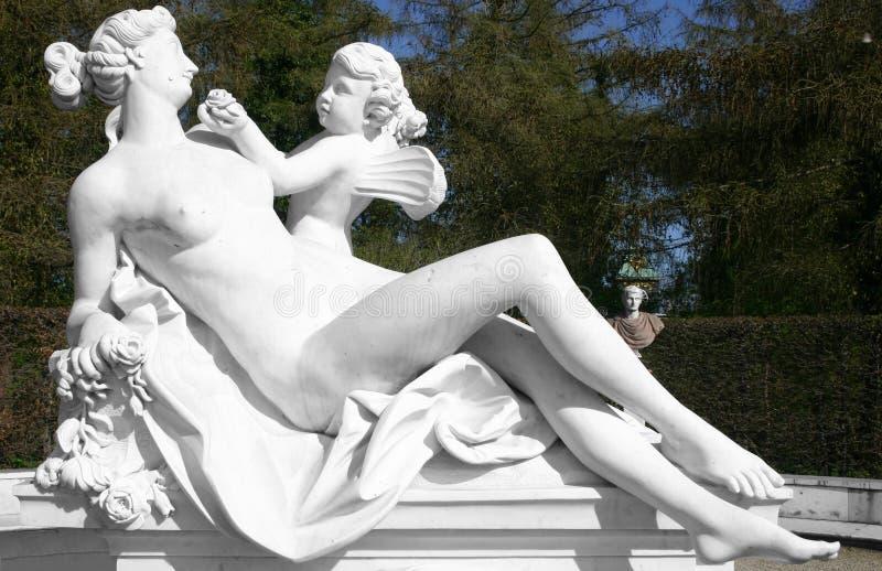 Femme avec l'ange, une sculpture photo libre de droits