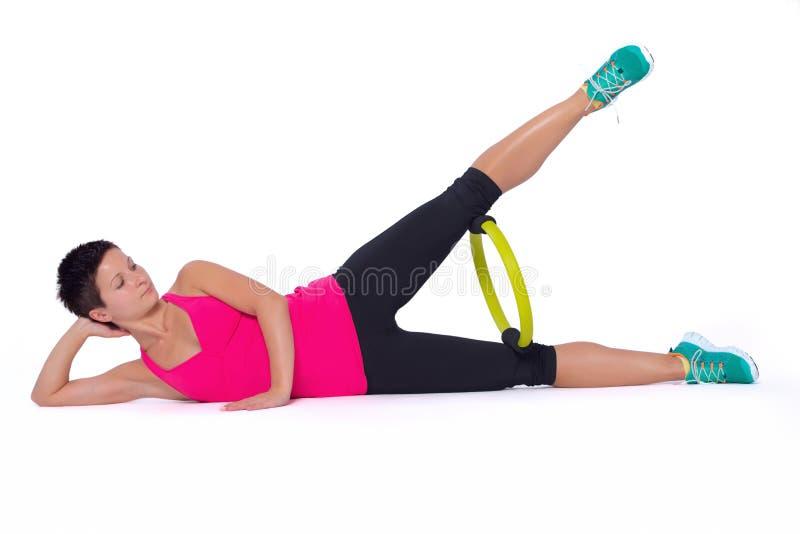 Femme avec l'anneau de Pilates photo stock