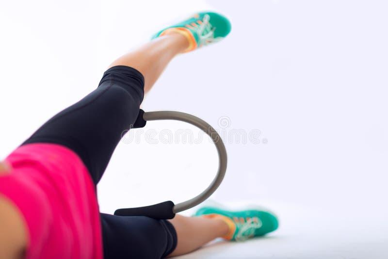Femme avec l'anneau de yoga de Pilates image stock