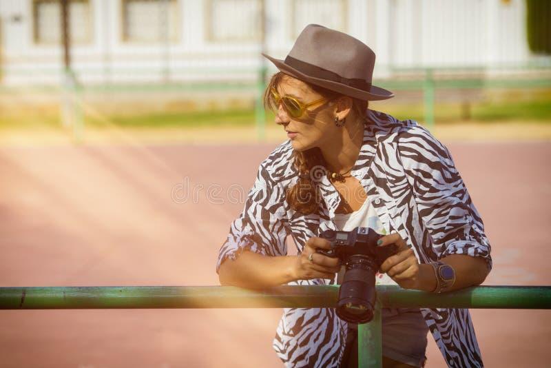 Femme avec l'appareil-photo de photo photographie stock