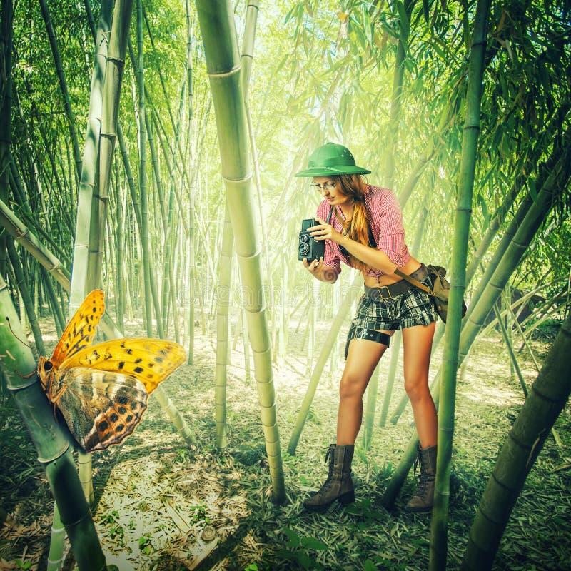 Femme avec l'appareil-photo de vintage dans les tropiques photo libre de droits