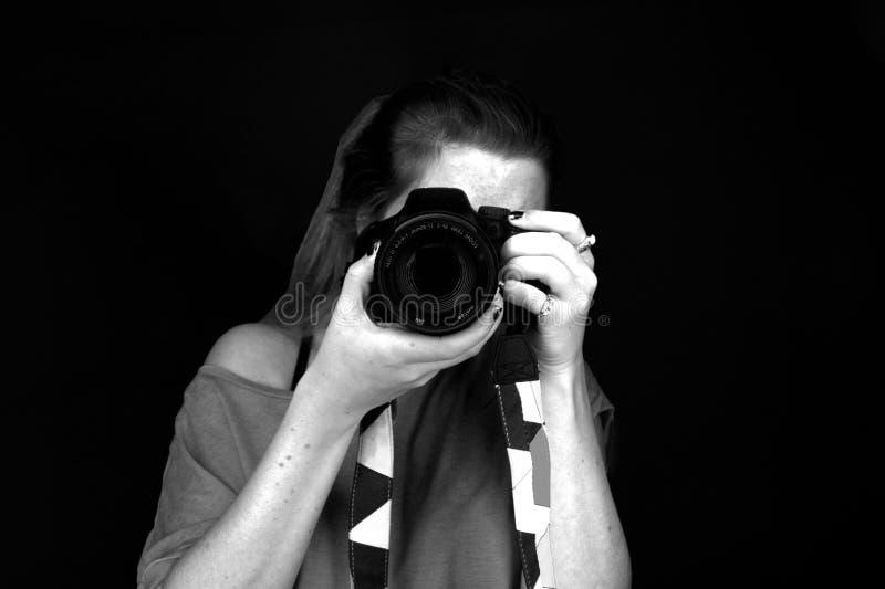femme avec l 39 appareil photo noir et blanc photo stock image du gentil photo 58214948. Black Bedroom Furniture Sets. Home Design Ideas