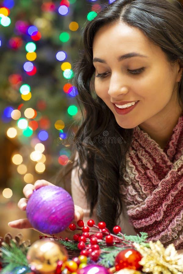 Femme avec l'arbre de cadeau et de Noël à l'arrière-plan photographie stock