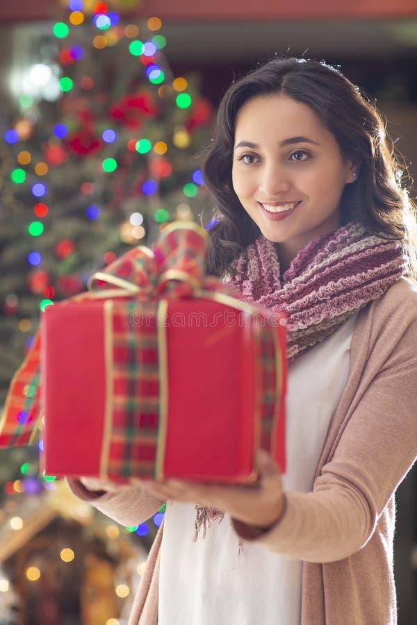 Femme avec l'arbre de cadeau et de Noël à l'arrière-plan photos libres de droits