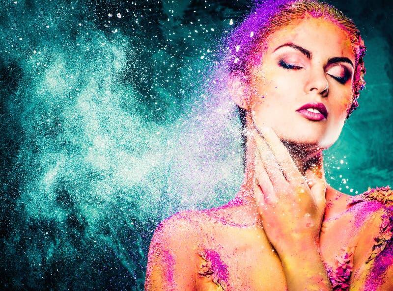 Femme avec l'art de corps coloré image stock