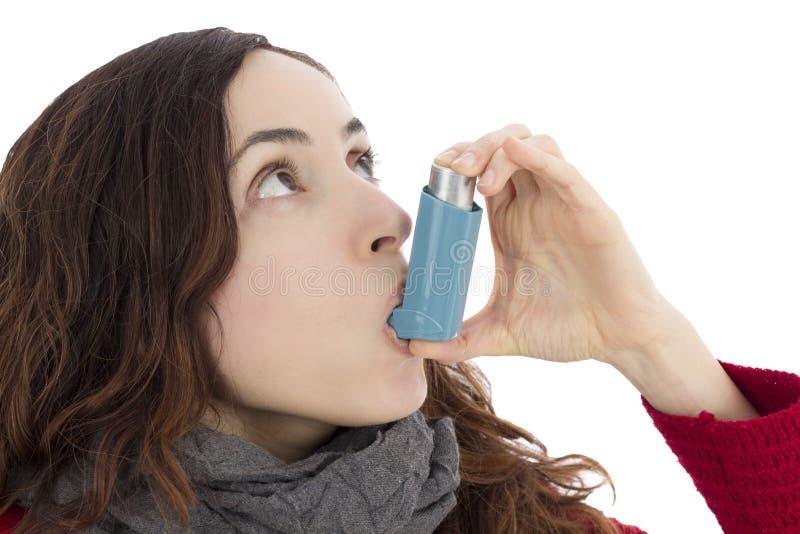 Femme avec l'asthme utilisant l'inhalateur image libre de droits
