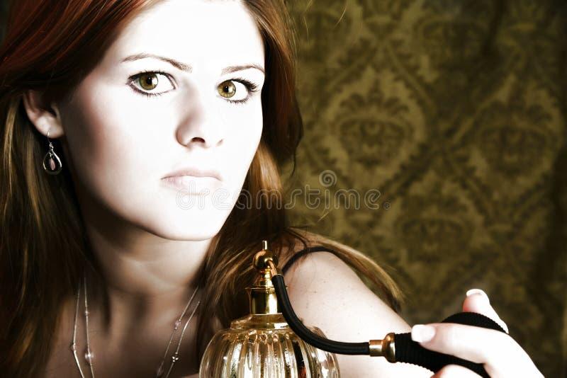 Femme avec l'atomiseur de parfum images libres de droits