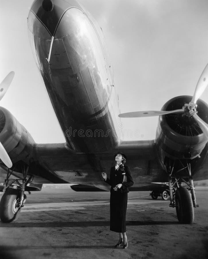 Femme avec l'avion énorme (toutes les personnes représentées ne sont pas plus long vivantes et aucun domaine n'existe Garanties d photo stock