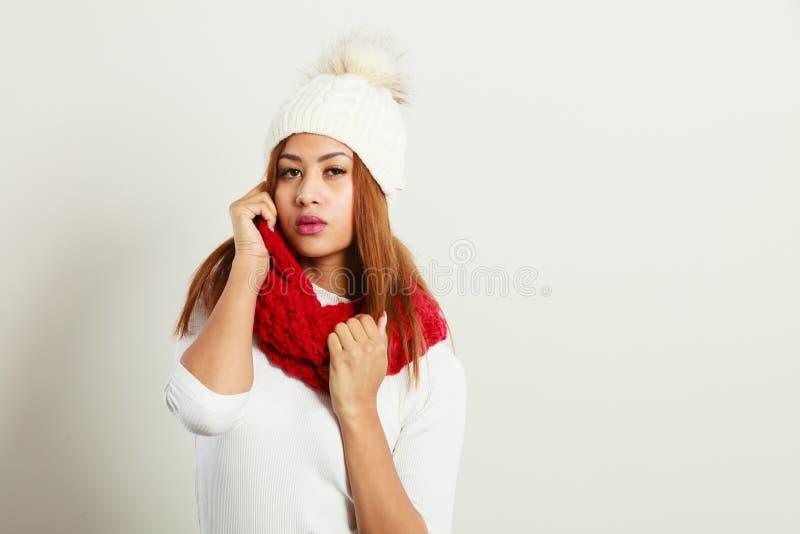 Femme avec l'habillement rouge d'hiver photos stock