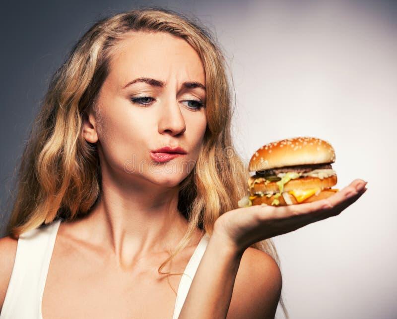 Femme avec l'hamburger photos libres de droits