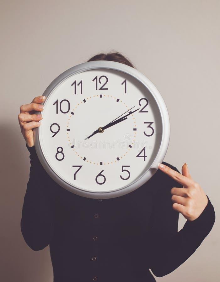Femme avec l'horloge photographie stock libre de droits