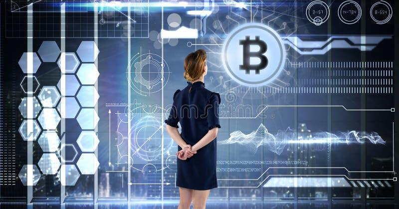 Femme avec l'interface de l'information de technologie de bitcoin photo libre de droits