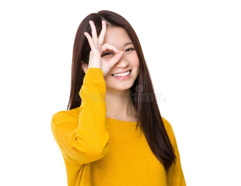 Femme avec l'oeil correct d'ok de signe image libre de droits