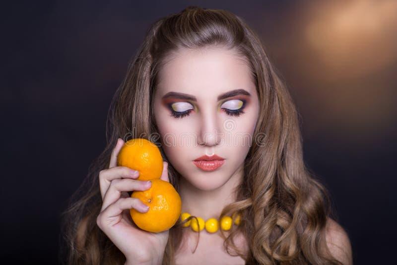 Femme avec l'orange photo stock