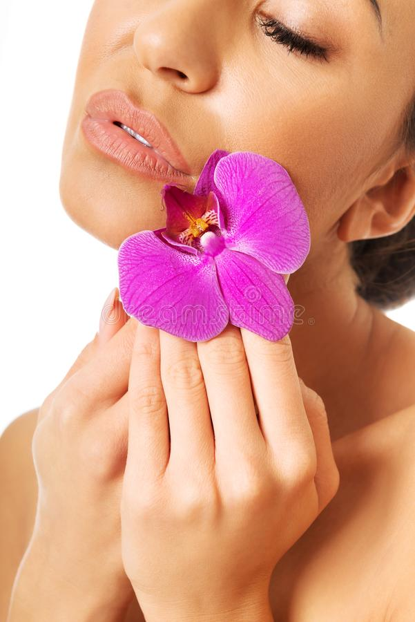 Femme avec l'orchidée pourpre et les yeux fermés photo libre de droits