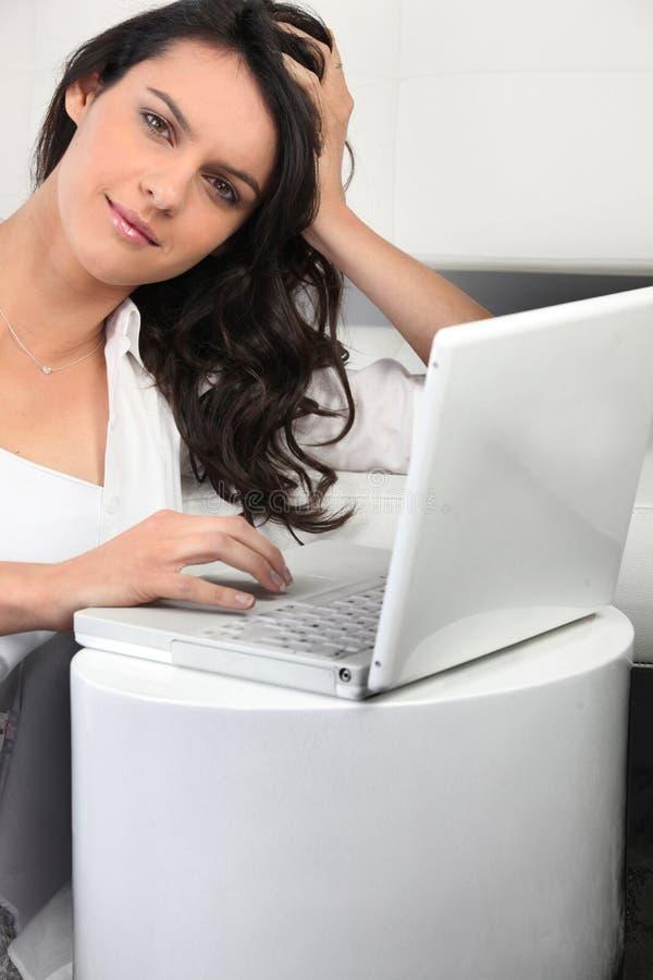 Femme avec l'ordinateur portable photographie stock