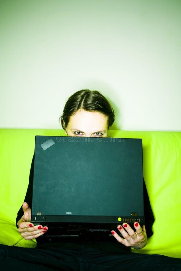 Femme avec l'ordinateur portatif image stock