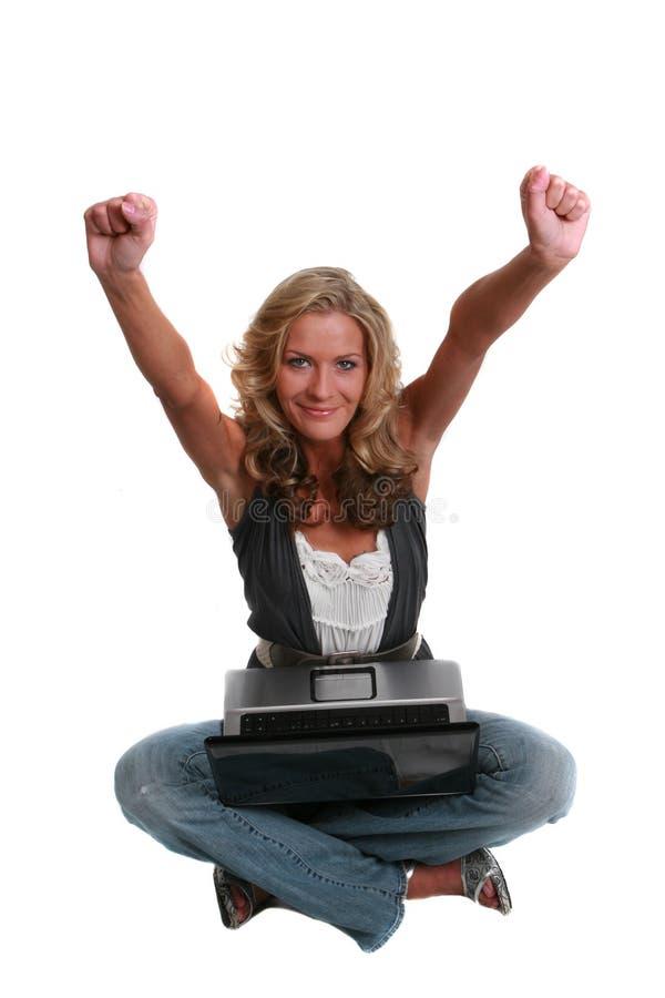 Femme avec l'ordinateur portatif d'isolement sur le blanc images stock