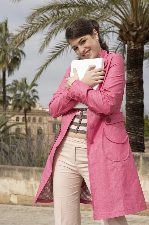Femme avec l'ordinateur portatif dans la ville image libre de droits