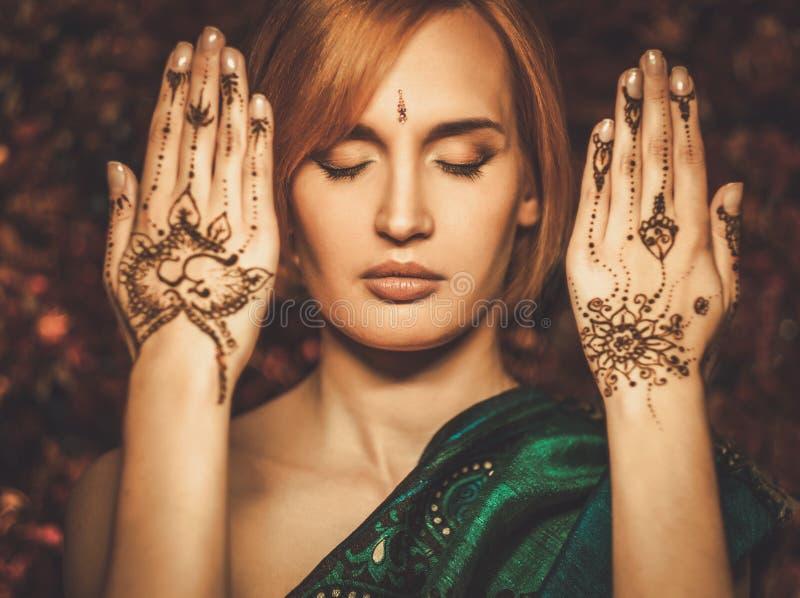 Femme avec l'ornement traditionnel de henné photo libre de droits